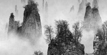 villes sur les montagnes dans la brume