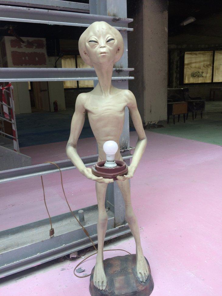 le consulat alien lampe