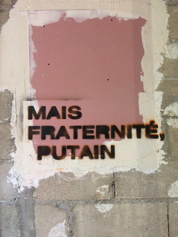 Graffiti fraternité putain Paris