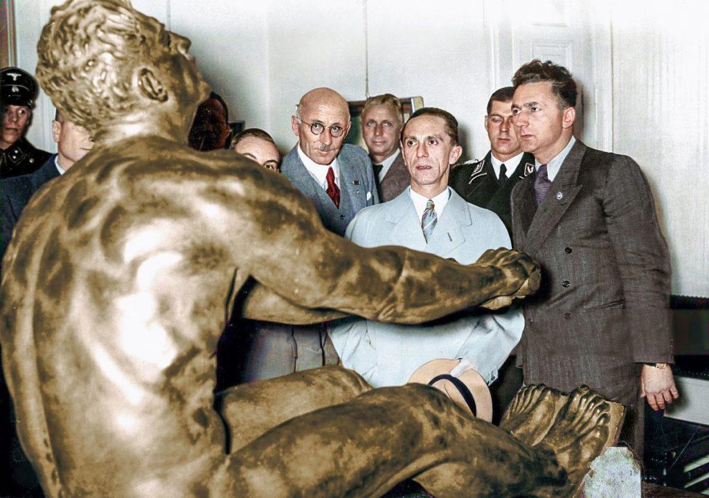 Goebbels photo couleur statue